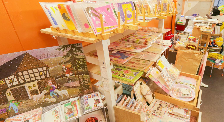 ドイツ直輸入紙雑貨が並んだ陳列棚